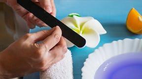 Maniküre zu Hause Eine Frau, die ihre Fingernägel poliert Löschen des Lacks stockbilder