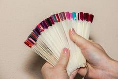 Maniküren Sie, nageln Sie Gel und wählen Sie die Farbe, den Nagel vor und ein colore anwenden lizenzfreies stockbild