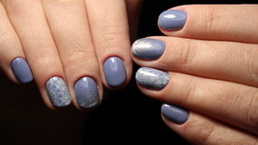 Manikürenagel-Designblau mit Spitze- und Paillettesteigung lizenzfreies stockbild
