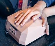 Maniküresatz in einem Schönheitssalon Schöne weibliche Hände Stockfotos