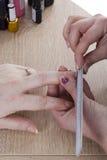 Maniküreverfahren im Schönheitssalon Stockbilder