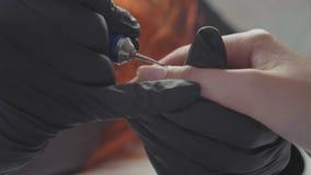 Manikürist wendet elektrisches Nagelfeilebohrgerät an der Maniküre auf weiblichen Fingern an stock video footage