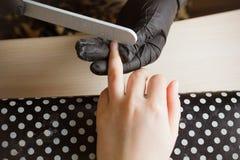 Maniküristpolierzeigefinger für Maniküre im Nagelschönheitssalon Schritt des Maniküreprozesses stockbilder