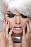 Manikürte Nägel. Auge bilden. Mode-blondes Mädchen. Schönheit Portrai Stockfotos