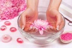 Manikyr är en kosmetisk behandling av händerna som gäller att klippa och att forma, och ofta att måla av spikar, borttagning av n Royaltyfri Fotografi