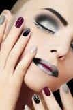 Manikyr och makeup för svart silvermode glamorös royaltyfri bild