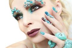 Manikyr och makeup med pärlor och turkos Arkivbilder