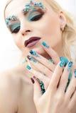 Manikyr och makeup med pärlor och turkos Royaltyfri Bild