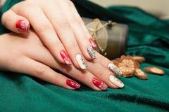 Manikyr - skönhetbehandlingfoto av trevliga manicured kvinnafingernaglar Royaltyfri Foto