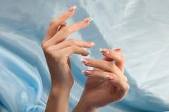 Manikyr - skönhetbehandlingfoto av trevliga manicured kvinnafingernaglar Arkivfoton