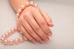 Manikyr - skönhetbehandlingfoto av trevliga manicured kvinnafingernaglar Arkivbild