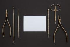 Manikyrhjälpmedel på den mörka bakgrunden Fotografering för Bildbyråer