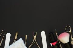 Manikyrhjälpmedel på den mörka tabellen Fotografering för Bildbyråer
