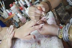 Manikyrprocess i en danande för visning för skönhetsalong av konstgjort Royaltyfri Foto
