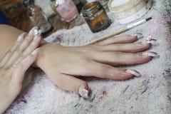 Manikyrprocess i en danande för visning för skönhetsalong av konstgjort Royaltyfri Bild
