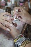 Manikyrprocess i en danande för visning för skönhetsalong av konstgjort Royaltyfri Fotografi