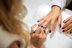 Manikyrprocess i skönhetsalong, slut upp Arkivfoton