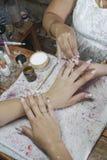 Manikyrprocessen i en danande för visning för skönhetsalong av konstgjort spikar Arkivfoto