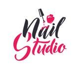 Manikyrstudio Spika ledar- Logo Beauty Vector Lettering Beställnings- handgjord kalligrafi vektorillustation royaltyfri illustrationer