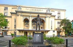 Manila borgmästare Arsenio Lacson Statue framme av det Manila stadshuset, Filippinerna royaltyfri fotografi