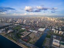 Manila Cityscape, Filippinerna Bay City Pasay område Skyskrapor i bakgrund royaltyfria bilder