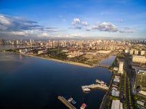 Manila Cityscape i Filippinerna Ljus för blå himmel och solnedgång Pir i förgrund Arkivbilder