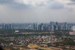 Manila con los rascacielos del aire, capital de las Filipinas imagenes de archivo
