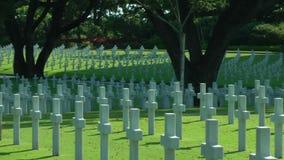 Manila den amerikanska kyrkogården, rader av vita kors, sned boll sköt fortfarande i Manila, Filippinerna lager videofilmer