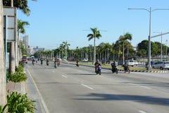 Manila Filippinerna - mars 8, 2016: Trafik på en vanlig gata i Manila arkivbild