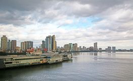 Manila hamn, Filippinerna stadshorisont i bakgrunden royaltyfria bilder