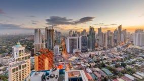 Manila horisont Nattsikt av Makati, affärsområdet av tunnelbanan Manila royaltyfri bild