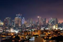 Manila horisont på natten med höga löneförhöjningbyggnader royaltyfri foto