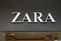 Manila, o 22 de março de 2018 - marca de Zara na entrada da loja na alameda da manutenção programada do shopping de Ásia Loja diá Imagem de Stock