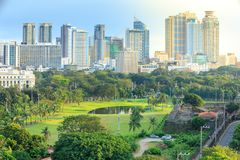 Manila stadshorisont i Filippinerna Ermita och Paco områden som ses från Intramuros royaltyfria bilder