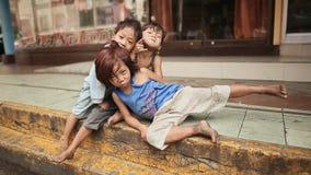 MANILLA, FILIPPIJNEN - JANUARI 5, 2018: Vuile, dakloze en hongerige kinderen op de straten van Manilla filippijnen stock video