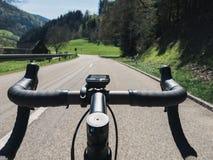 Manillar de ciclo POV del camino Fotografía de archivo libre de regalías