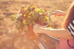 Manillar de la bici del Ld con la cesta de las flores Imagen de archivo libre de regalías