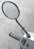 Manillar y rearviewmirror de la vespa Estacionamiento de la moto Concepto de la seguridad de tráfico Imágenes de archivo libres de regalías