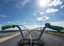 Manillares de la bicicleta solamente con el fondo del cielo azul imagen de archivo libre de regalías