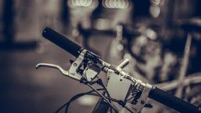 Manillares negros de la bicicleta fotografía de archivo libre de regalías