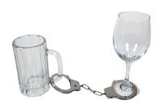 Manillas en la taza de cerveza y el vidrio de vino Fotos de archivo libres de regalías