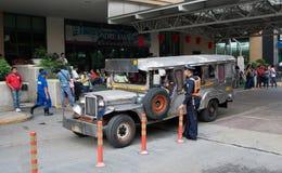MANILLE, PHILIPPINES - 19 JANVIER 2012 : Un policier parlant à a Image libre de droits