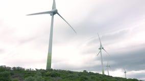 MANILVA, SPANJE - SEPTEMBER 27, 2018 Roterende windgenerators op bewolkte dag stock footage