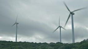 MANILVA, SPANJE - SEPTEMBER 27, 2018 Werkende windturbines op een bewolkte dag stock footage