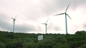 MANILVA, SPANJE - SEPTEMBER 27, 2018 Werkende windturbines op een donkere dag stock video
