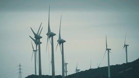 MANILVA, SPANJE - SEPTEMBER 27, 2018 Windgenerators die duurzame stroom veroorzaken stock video