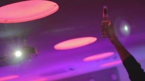 Maninnehavflaska av öl i nattklubb och att ha partiet lager videofilmer