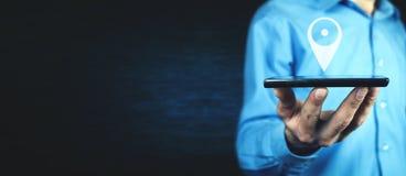 Maninnehavtelefon med GPS symbolen Begrepp av mobil navigering royaltyfri bild