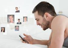 Maninnehavtelefonen med profilstående av folk kontaktar royaltyfri foto