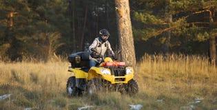 Maniobrar ATV campo a través Imagen de archivo